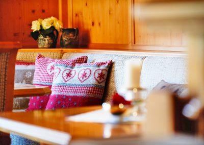 bar-und-lounge-bereich-hotel-alpenland-in-lech-am-arlberg