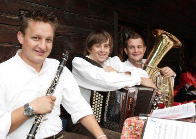 musikanten-spielen-auf-in-der-bodenalpe-gasthaus-in-warth-lech-am-arlberg