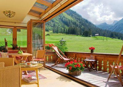 sommer-wintergarten-gemuetlichkeit-hotel-lech-am-arlberg-1